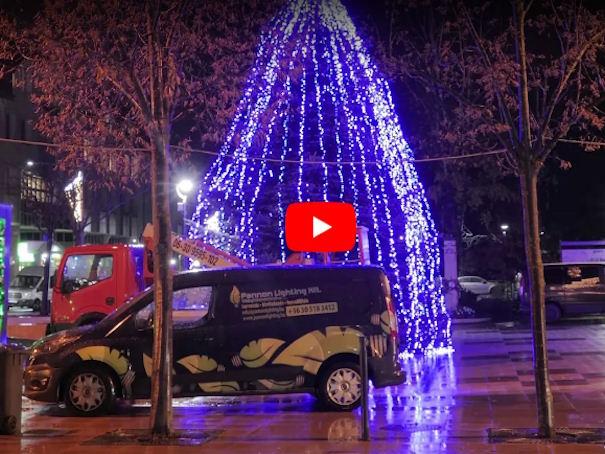 Videó a karácsonyfa díszítésről Zalaegerszeg.